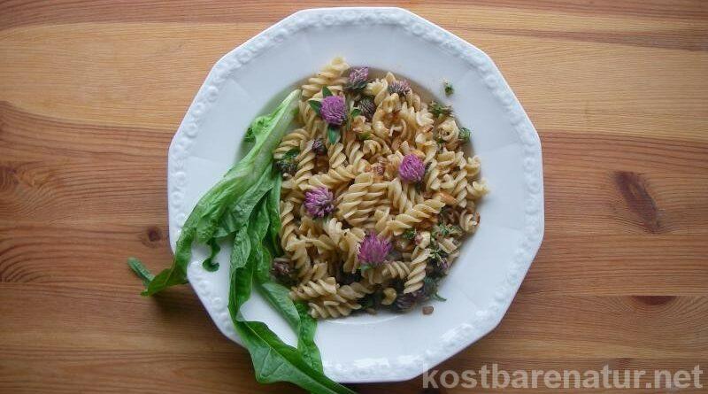 Wildgemüse kann einfach zubereitet werden und gängige Gerichte, verzieren, geschmacklich aufwerten und um viele Vitalstoffe bereichern.