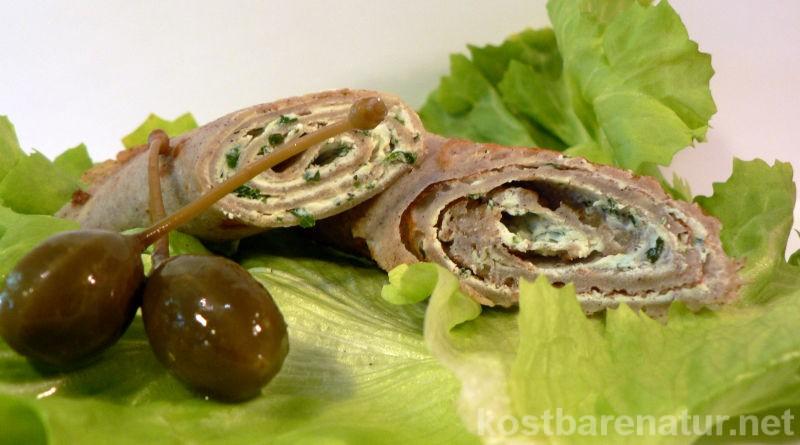 Wildkräuter in Crêpes genießen! Mit diesem Rezept für glutenfreie Crêpes kannst du schnell gesunde Snacks für zwischendurch zubereiten.