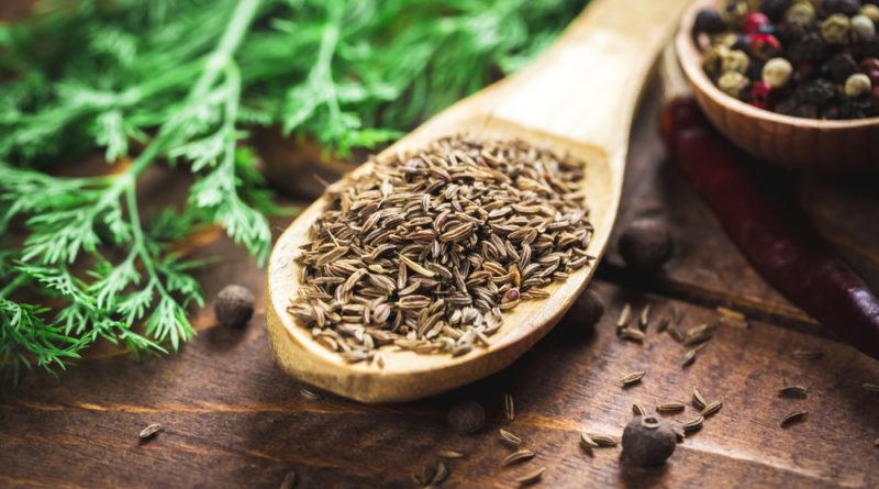 Schon der Duft von Cumin (Kreuzkümmel) entführt uns in orientalische Basare. Das gesunde Gewürz hilft unter anderem bei Verdauungsbeschwerden und Blähungen.