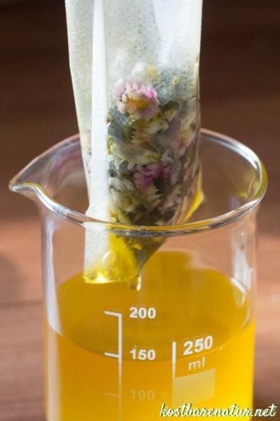Mach dir die zahlreichen Wirkstoffe des Gänseblümchens in einem selbst gemachten Pflegeöl zu Nutzen! Wie einfach das geht, erfährst du hier.
