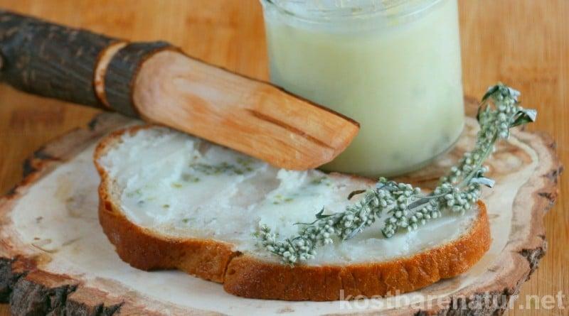 Mit nur wenigen Zutaten kannst du schnell einen veganen Brotaufstrich mit Beifuß zubereiten.