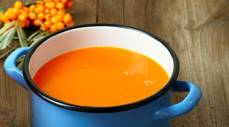 Immer nur Kürbissuppe im Herbst? Mit dieser Sanddorn-Karottensuppe bringst du vitaminreiche Abwechslung auf den Mittagstisch!