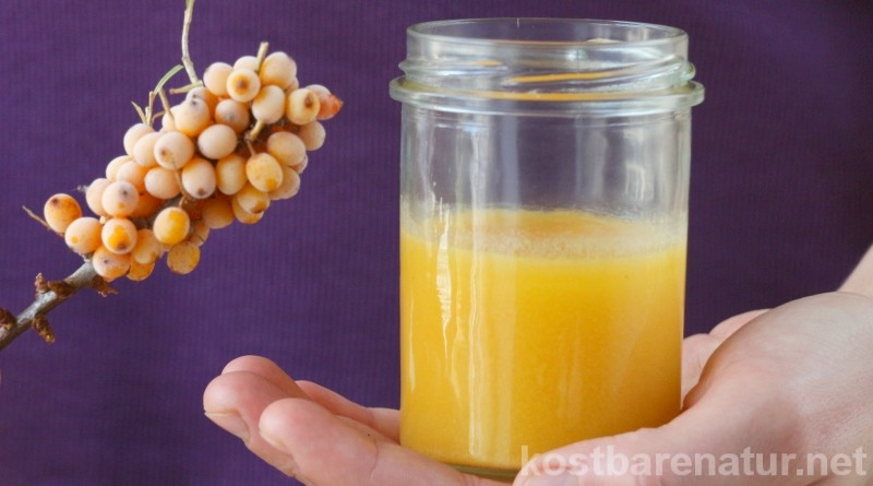 Die vitaminreichen Sanddornbeeren sind nicht nur gegessen sehr gesund. Du kannst sie auch zur Pflege von Haut und Lippen einsetzen, zum Beispiel als Sanddornöl.