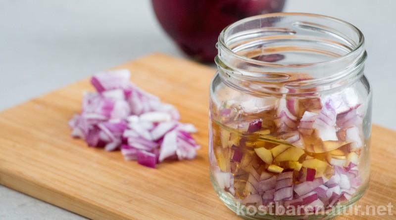 Aus der heilkräftigen Zwiebel und etwas Honig kannst du ganz einfach einen wirkungsvollen Hustensaft selber machen - auch für Kinder geeignet.