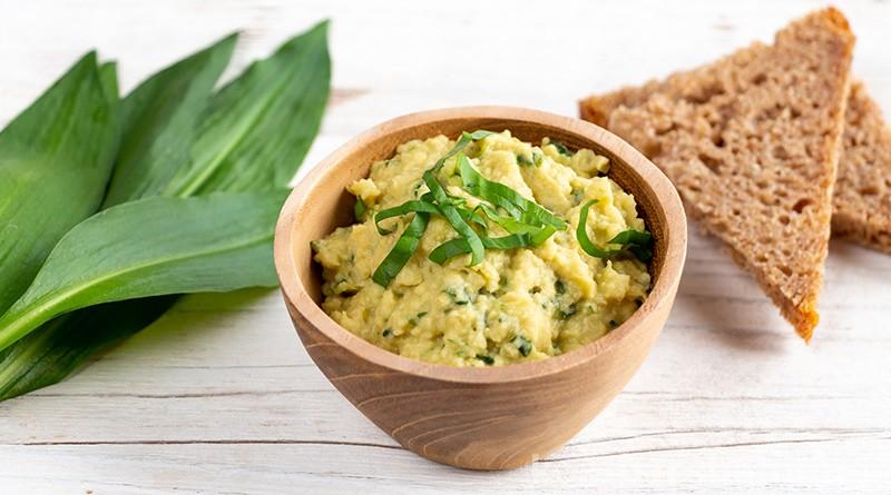 Im Frühling wächst der vitamin- und mineralstoffreiche Bärlauch. Als köstliches Bärlauch-Hummus zubereitet, kannst du das gesunde Kraut abwechslungsreich genießen!