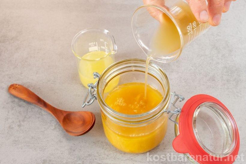 Ein selbst gemachter Rosmarinsirup mit Ingwer hilft gegen Kopfschmerzen - eine sanfte Alternative zu Kopfschmerztabletten.