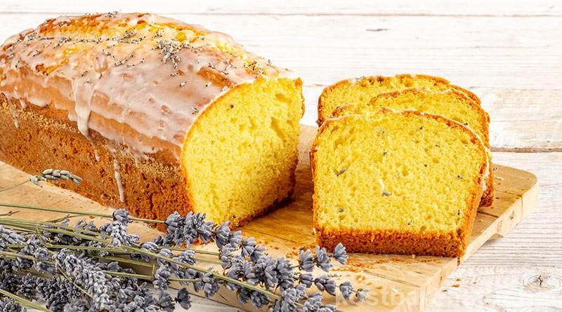 Köstlicher Zitronenkuchen mit Lavendel lässt sich einfach zubereiten und duftet im ganzen Haus herrlich nach den aromatischen Blüten.