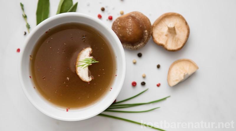 Ein Pilzfond ist die ideale Art, Reste von frisch geputzten Pilzen köstlich zu verwerten. Dieses Grundrezept für Pilzfond lässt sich flexibel abwandeln.