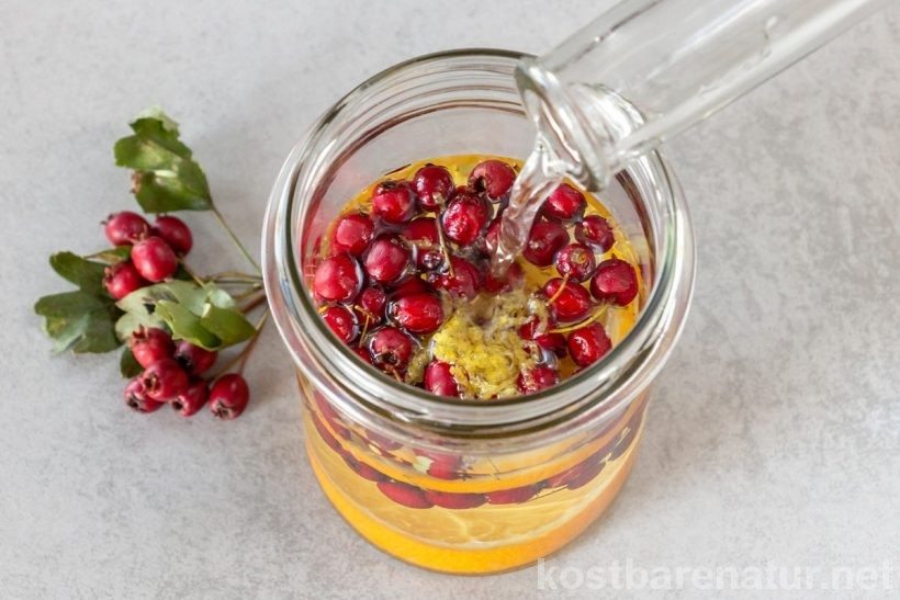 Fruchtige Obstbrände lassen sich mit den Beeren vom Weißdorn einfach verfeinern und mit heilsamen Inhaltsstoffen bereichern.